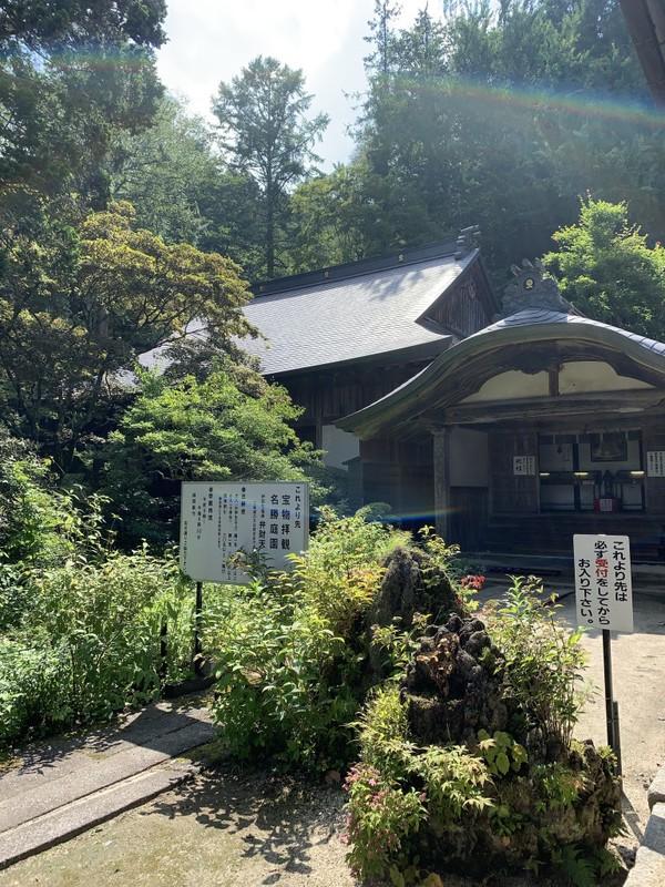 Dalam satu kawasan Kuil Hoshakuzan Kozen-ji ini ada beberapa bangunan dan pagoda. Kuil ini mempunyai cerita legenda tentang seekor anjing yang cepat dan berani bernama Hayataro.