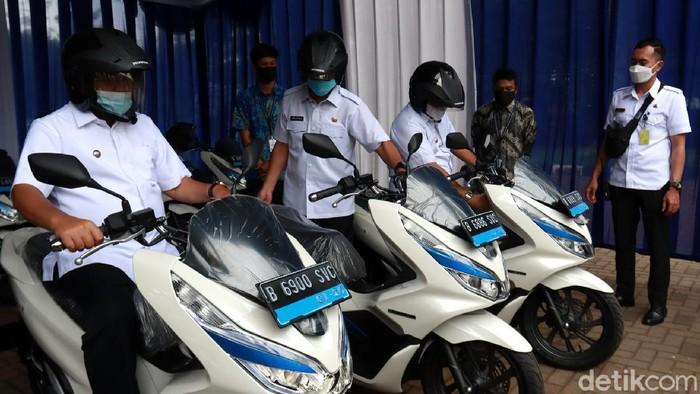 Puluhan motor listrik diserahkan bagi ASN di Kota Bandung. Kegiatan itu merupakan kerja sama Pemkot Bandung dengan PT HPP Energy Indonesia untuk kurangi polusi.