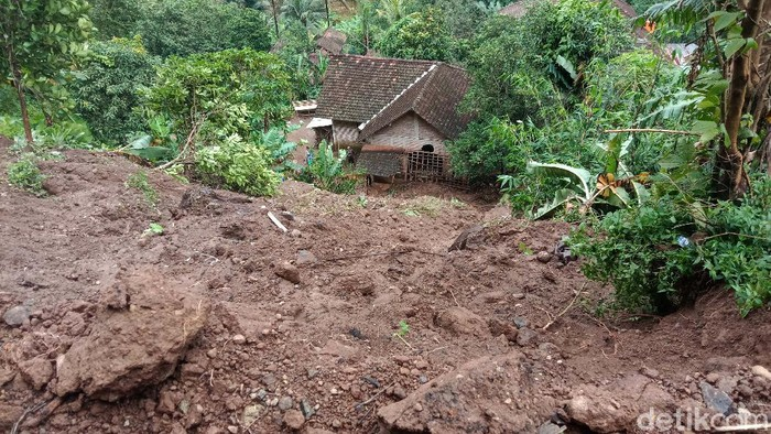 Hujan deras sejak tadi malam menyebabkan longsor di Desa Menawan, Kecamatan Gebog, Kabupaten Kudus, Jawa Tengah. Akibatnya dua rumah warga rusak.