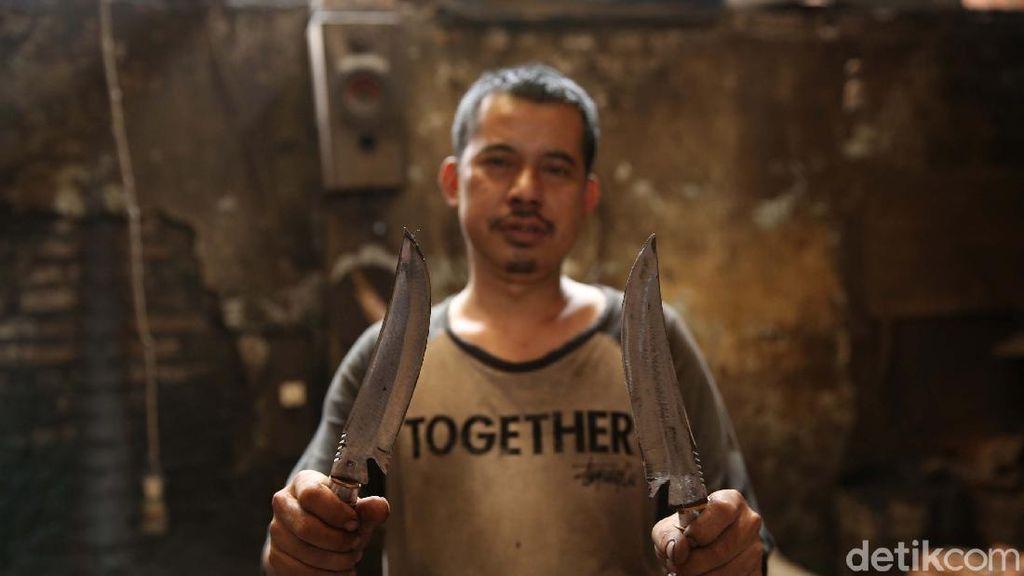 Foto: Pembuatan Golok dan Senjata Tajam Hias Pasirjambu