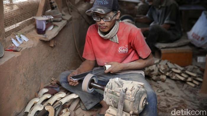 Kampung Sukamahi, Kecamatan Pasirjambu, Bandung, Jawa Barat, merupakan salah satu pusat kerajinan golok dan senjata tajam. Yuk kita lihat proses pembuatannya.