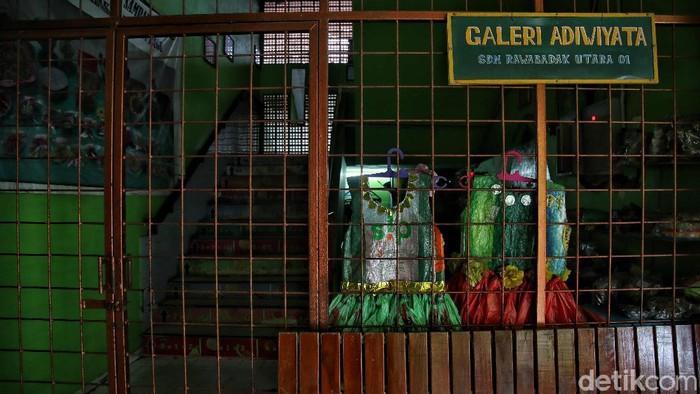 Suasana sekolah yang sepi di kawasan SDN Rawa Badak Utara 01 Pagi dan SMPN 277, Jakarta Utara, Rabu (24/2).