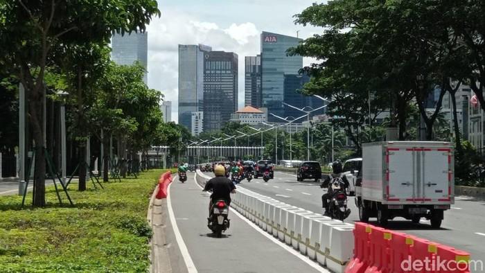 Motor melintas di jalur sepeda permanen Jl Sudirman Jakarta