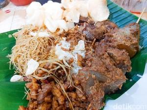 Nasi Uduk Pasar Thomas: Selalu Antre! Nasi Uduk dengan 30 Pilihan Lauk Sedap