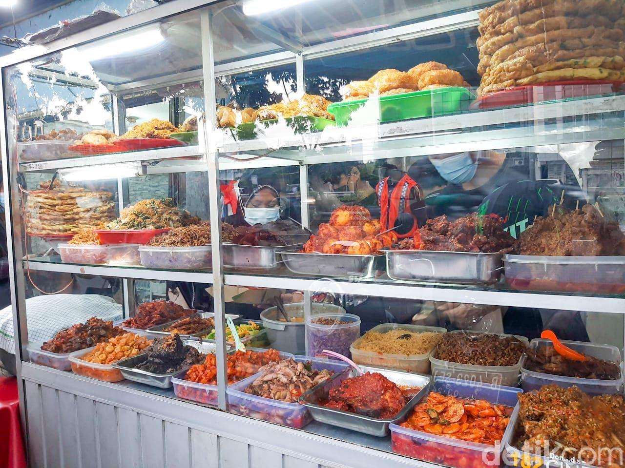 nasi uduk pasar thomas yang terkenal lezat dengan 30 lauk