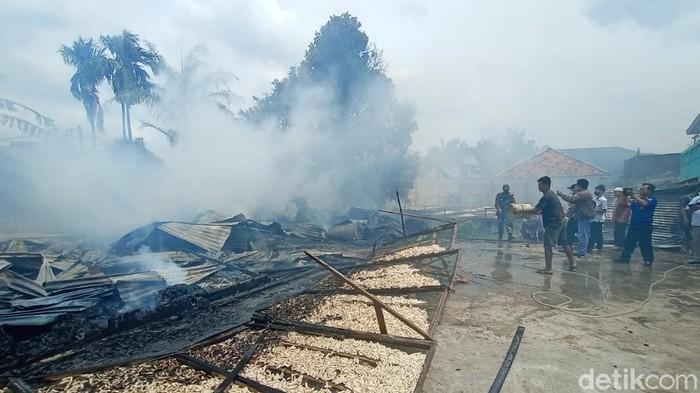 Pabrik kerupuk di Palembang terbakar.