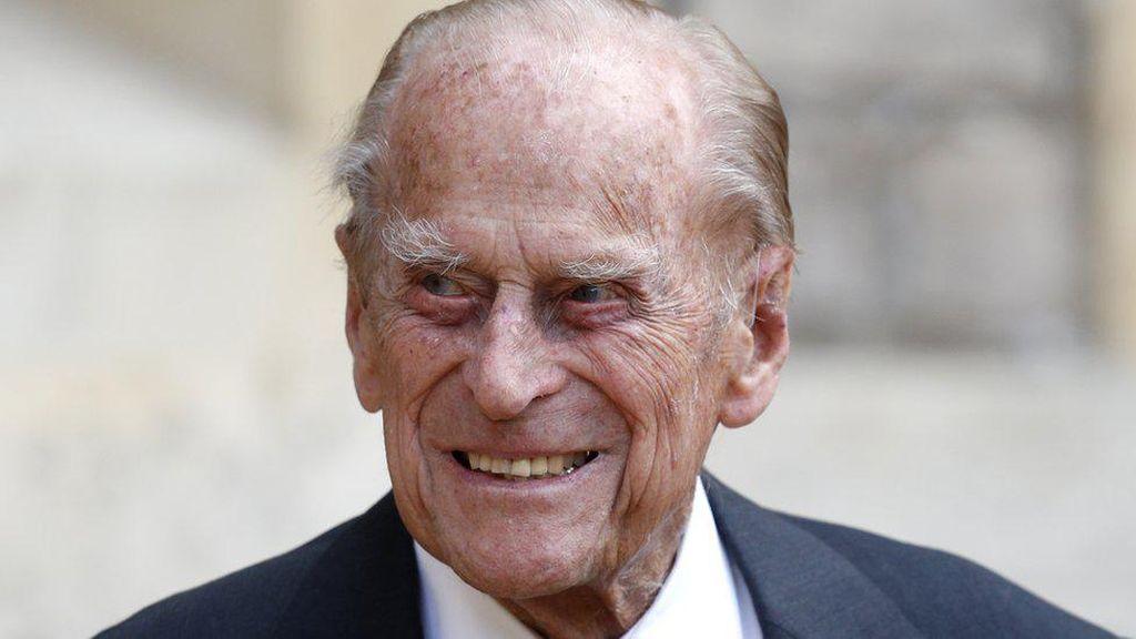 Pangeran Philip Wafat, Warga Letakkan Bunga di Depan Kastil Windsor