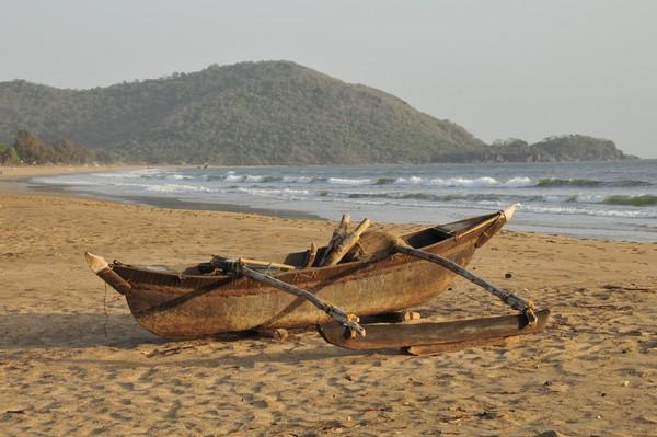 Pantai Agonda bila ditempuh dari Bandara Internasional Goa, jaraknya sekitar 62,7 Km. Kamu bisa menggunakan taxi atau bus lokal untuk menuju pantai.