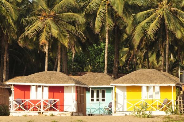 Pantai Agonda juga memiliki pondok-pondok kecil berwarna-warni di sepanjang pantai yang bisa diinapi wisatawan. Juga katanya masakan yang disajikan di sin isangt lezat dan beragam menu kuliner dunia mereka sajikan.