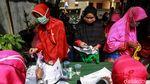 Warga Antre Bansos Non Tunai di Kota Tangerang
