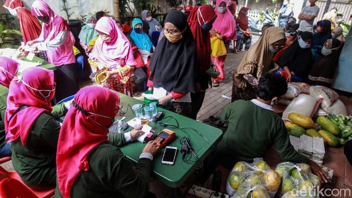 Pembagian Bantuan Pangan Non Tunai (BPNT) dilakukan di RW 01 Kelurahan Gaga, Larangan, Kota Tangerang, Banten. Bantuan senilai Rp 200.000 itu dibelanjakan sembako.