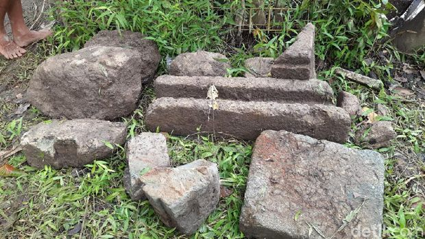 Penampakan batu berjejer seperti fondasi yang ditemukan warga Prambanan, Sleman