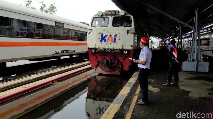 Stasiun Tawang Semarang kembali terendam banjir. Meski begitu, tak ada perjalanan kereta yang dihentikan meski area stasiun terendam. Berikut penampakannya.
