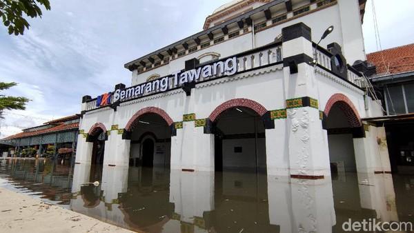 Berdasarkan data Dinas Kelautan dan Perikanan setempat, tingginya gelombang abrasi pantai yang dipicu semakin berkurangnya kawasan mangrove telah menerjang pesisir Semarang dan mengikis daratan hingga 1,4 kilometer selama kurun waktu 20 tahun terakhir. Angling Adhitya Purbaya/detikcom