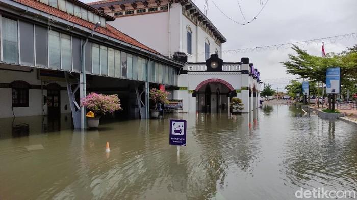 Penampakan Stasiun Tawang yang masih terendam banjir setinggi sekitar 50 cm, Rabu (24/2/2021)