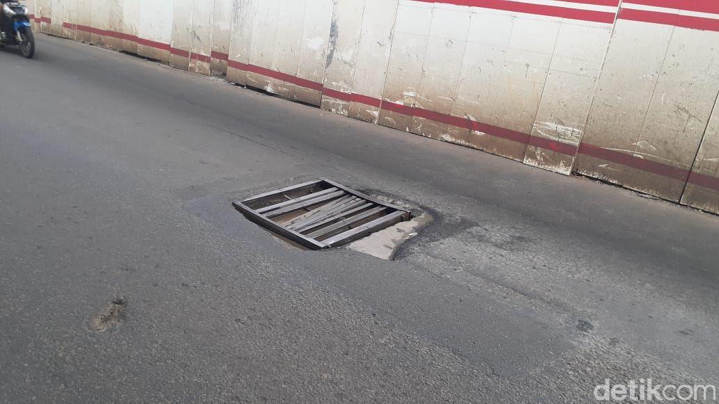 Penutup gorong-gorong rusak di Jl MT Haryono-Gatsu, sekitar Pancoran, 24 Februari 2021. (Afzal NI/detikcom)