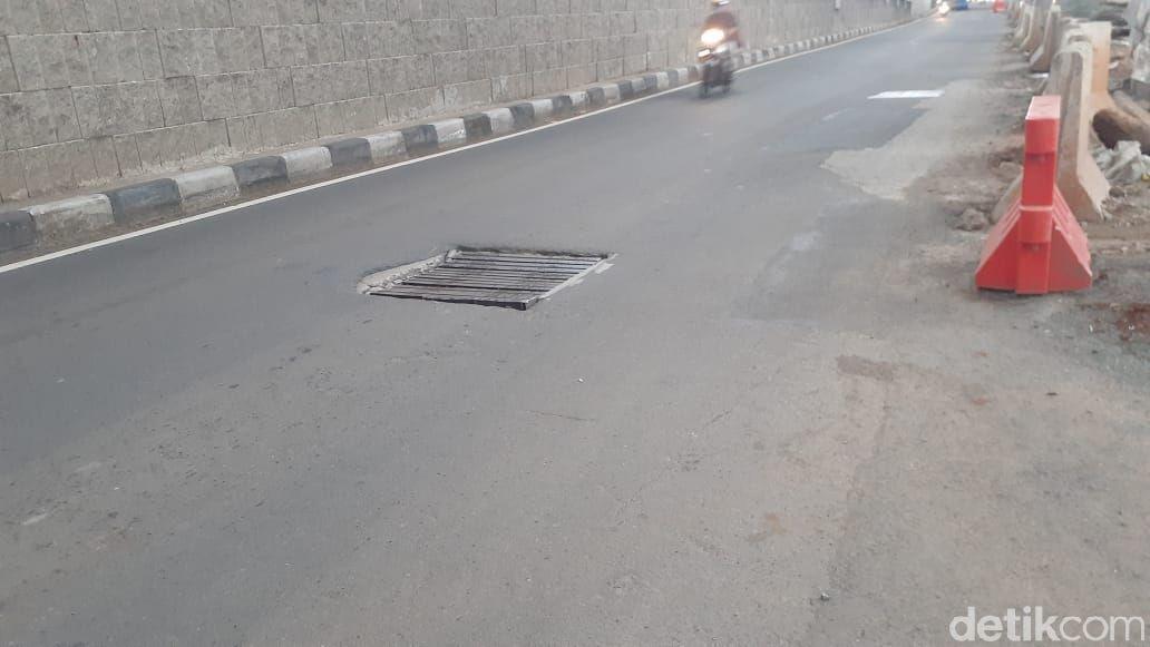 Penutup gorong-gorong tak rata permukaan jalan di Jl MT Haryono, Pancoran, 24 Februari 2021. (Afzal Nur Iman/detikcom)