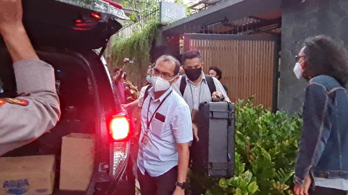 Penyidik KPK Bawa 2 Koper Usai Geledah Rumah Ihsan Yunus Selama 2 Jam (Foto: Farih/detikcom)