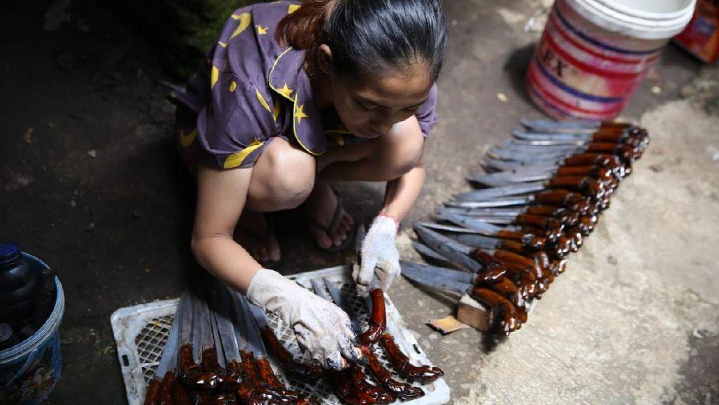 Di Kampung Ini Hanya Wanita yang Buat Ukiran Sarung Golok, Kenapa Ya?