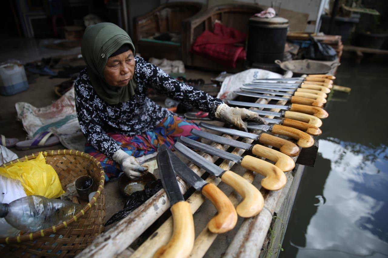 Perajin golok di Sukamahi Kabupaten Bandung