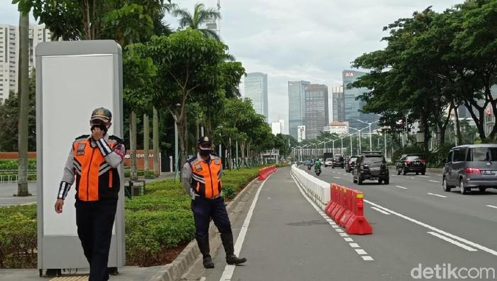 Petugas Dishub menjaga jalur sepeda permanen di Jl Sudirman