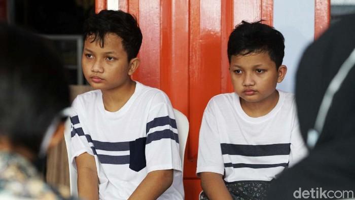 Sungguh sebuah fenomena langka hanya ada di Klaten, Jateng. Desa Jonggrangan, Kecamatan Klaten Utara, Klaten, Jawa Tengah dihuni oleh puluhan orang kembar.