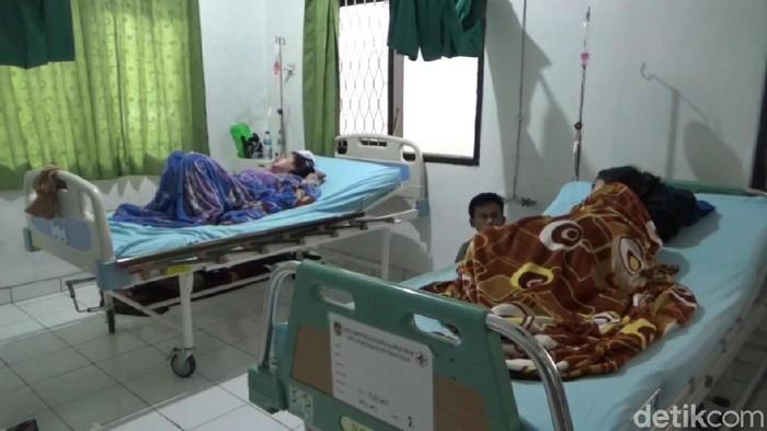 Ratusan warga Purwakarta dirawat akibat keracunan makanan khitanan