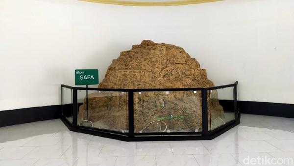 Ada pula replika bukit shafa dan marwah di kedua sisi area sai.