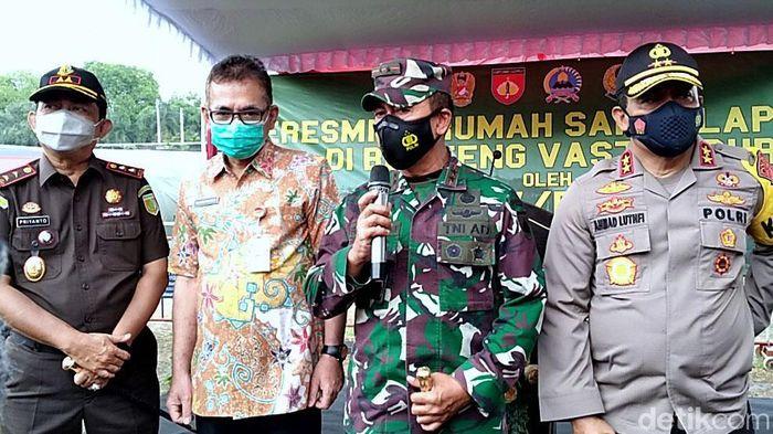 Pangdam IV/Diponegoro, Mayjen Bakti Agus Fadjari, meresmikan rumah sakit lapangan (Rumkitlap) Benteng Vastenburg, Solo. RS untuk penanganan COVID-19 dan vaksinasi massal.