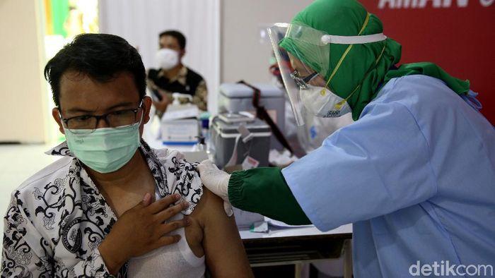 Ratusan tenaga pendidik menjalani vaksinasi COVID-19 hari ini. Vaksinasi itu dilakukan agar sekolah bisa memulai belajar tatap muka pada tahun ajaran baru.