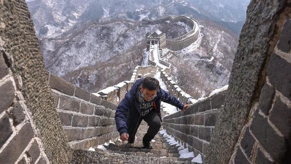 Seorang turis mengunjungi Tembok Besar China bagian Mutianyu, di Beijing, China, Selasa (23/2/2021) waktu setempat.