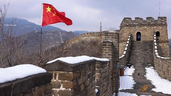 Sebagai salah satu bagian yang terpelihara dengan baik dari Tembok Besar, bagian Tembok Besar Mutianyu berfungsi sebagai penghalang di utara untuk mempertahankan ibu kota dan sebagai makam kekaisaran.