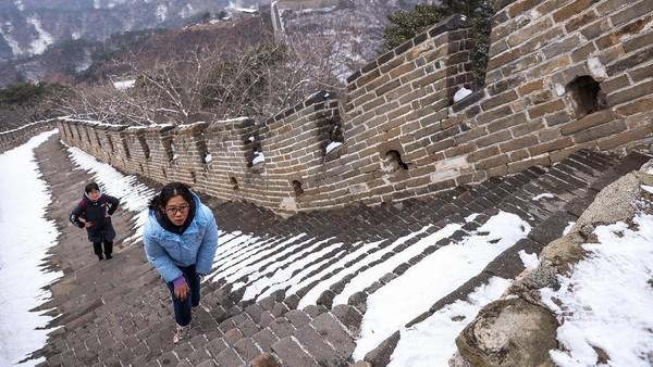 Namun kini, salju di Tembok Besar Mutianyu terpantau mulai mencair.