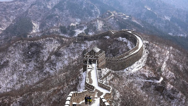 BEIJING, CHINA - FEBRUARY 23:  A family visits the Mutianyu Great Wall covered in snow on February 23, 2021 in Beijing, China. Affected by the new coronavirus (COVID-19), the number of visitors to Mutianyu Great Wall in 2020 dropped by about 60%.  (Photo by Lintao Zhang/Getty Images)