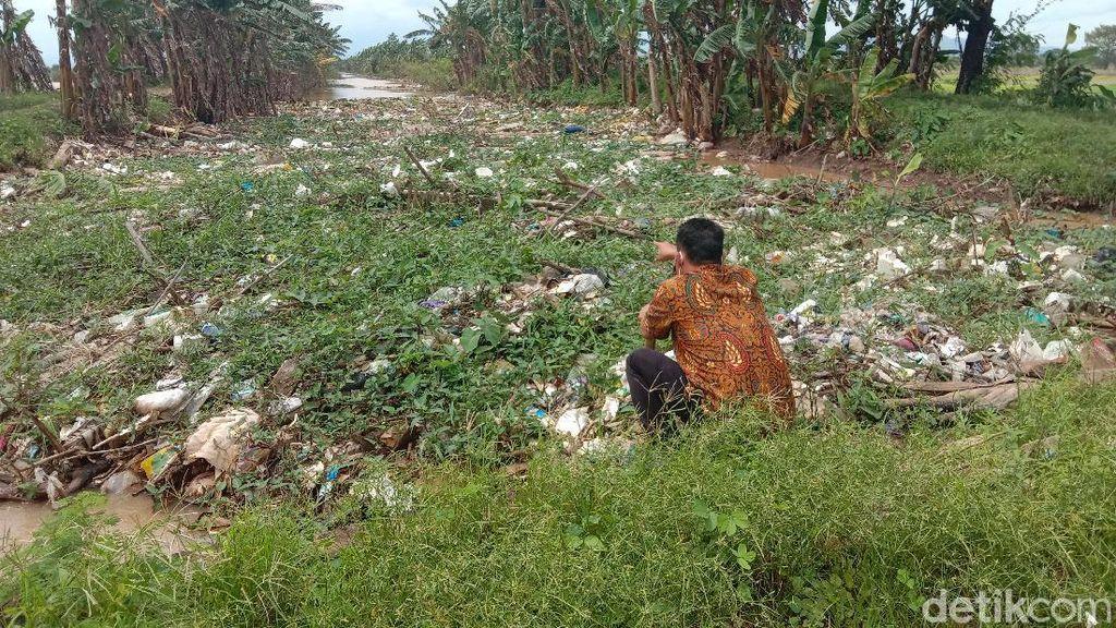 Duh Jorok! Sampah Menggunung di Sungai Piji Kudus Sejak Januari