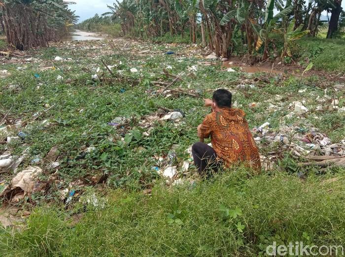 Sampah menggunung di Sungai Piji, Kudus, Rabu (24/2/2021).