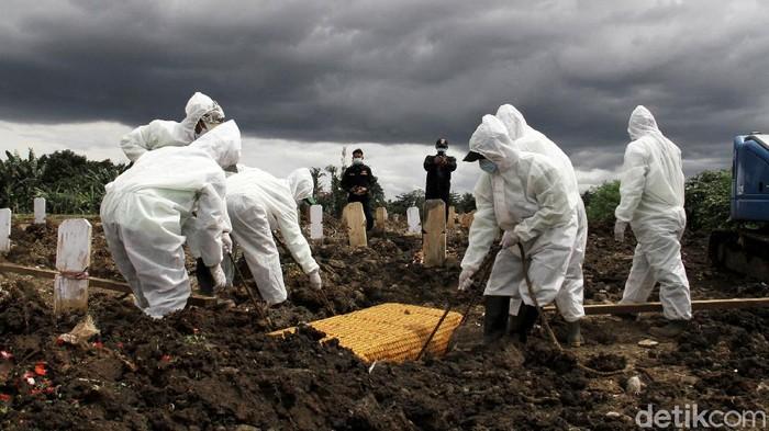 Tempat pemakaman jenazah Covid-19 di Srengseng Sawah 2, Jakarta Selatan sudah mencapai 219 makam, Rabu (24/2). Sampai hari ini sudah ada 10 jenazah yang dimakamkan dengan menggunakan standar protokol kesehatan