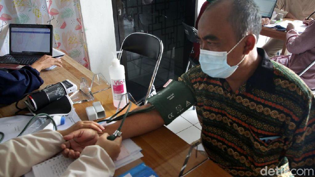 Lansia di Surabaya Antusias Disuntik Vaksin COVID-19
