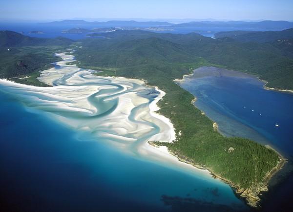 Whitehaven Beach berada di Whitsunday Island yang jaraknya sekitar 10 mil dari daratan negara Queensland. Pantai Whitehaven termasuk ke dalam kawasan Taman Nasional Pulau Whitsunday.