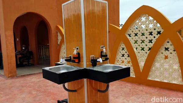 Protokol kesehatan di tempat manasik haji ini diterapkan secara ketat. Beberapa area sudah dipasang tempat cuci tangan. Kapasitaspun dibatasi lebih dari 50%.