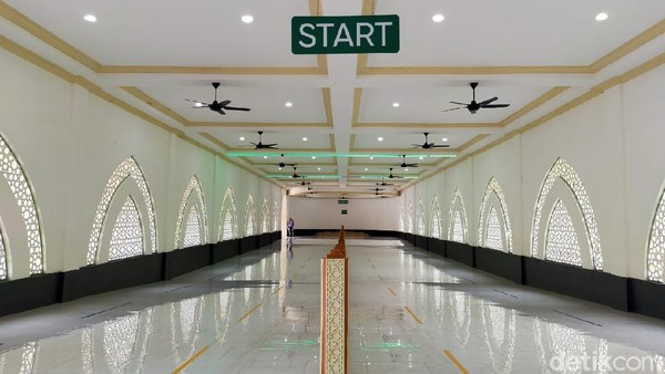Replika sai sepanjang sekitar 45 meter. Kawasan ini pun dilengkapi dengan jalan menanjak dan lampu hijau sebagai penanda untuk mempercepat langkah atau berlari-lari kecil.