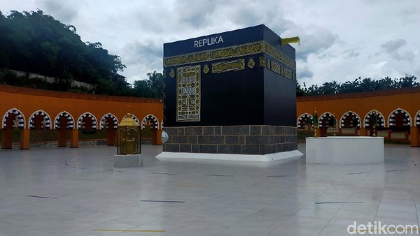 Replika Kabahnya dilengkapi pula dengan replika Hajar Aswad, Maqam Ibrahim dan Hijr Ismail area ini bisa mencakup hingga 1.800 jamaah.