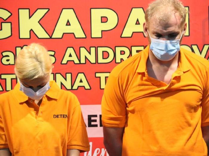 WN Rusia Andrew Ayer alias Andrei Kovalenka (kanan) dan pacarnya Ekaterina Trubkina (kiri) saat dihadirkan dalam konferensi pers Kemenkum HAM Bali.
