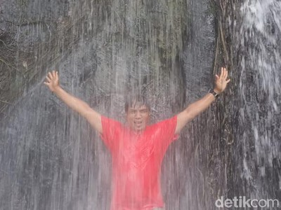 Pesona Air Terjun Desa Sanggulan di Kutai Kartanegara, Adem...
