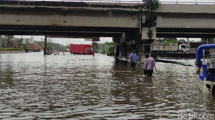 Banjir di bawah jembatan tol Kaligawe yang merupakan perbatasan dengan Jalan Kaligawe dan Jalan Pantura, Semarang, Kamis (25/2/2021).