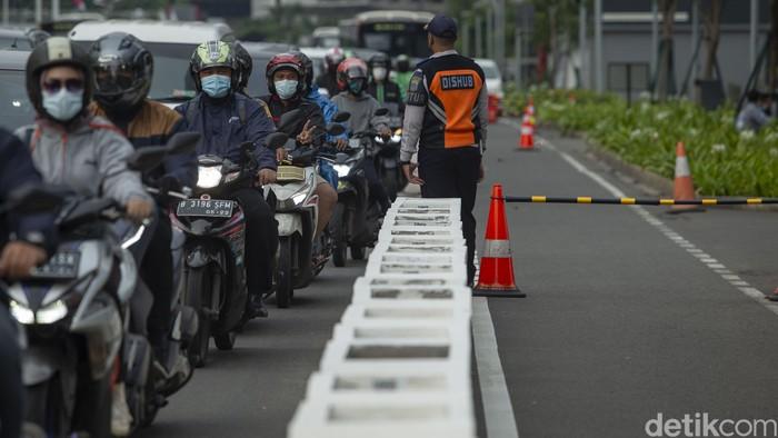 Jalur sepeda di kawasan Sudirman-Thamrin, Jakarta, kerap dijajah oleh para pengendara motor. Kini, jalur tersebut dijaga ketat petugas Dishub.