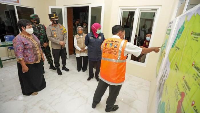 Gubernur bersama Pangdam V Brawijaya dan Kapolda Jatim mengecek PPKM Mikro di Kabupaten Jombang. Salah satunya ke desa yang keluar dari zona merah setelah PPKM mikro.