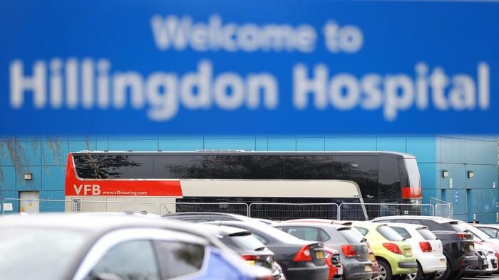 Sebuah perusahaan bus wisata di Inggris menymbangkan semua armadanya untuk  para staf rumah sakit  yang memerangi pandemi COVID-19.