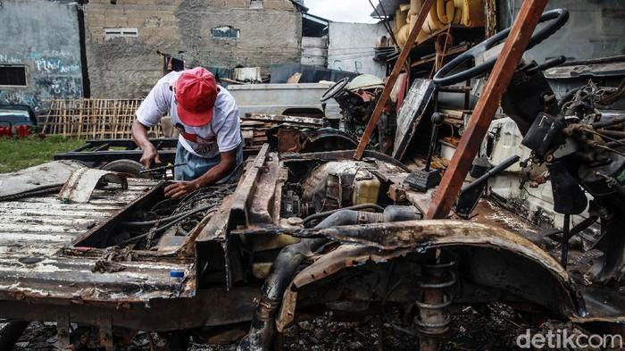 Didik Hermawan, pembuat mobil wisata odong-odong tetap melakukan produksi di masa pandemi Corona. Sebab, permintaan mobil odong-odong tetap stabil.