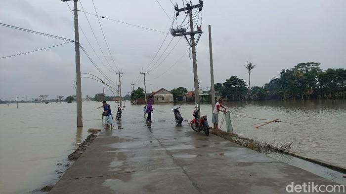 Jalan penghubung dua desa di Karawang terputus akibat terendam banjir.